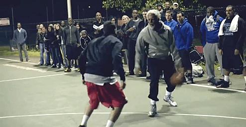 プロのバスケ選手が特殊メイクでおじいちゃんになってスーパープレーを魅せる(#uncledrew)