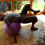 姿勢を良くするために、自宅のイスをバランスボールに変えてみた