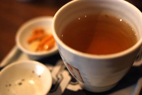 温かい飲み物を飲む
